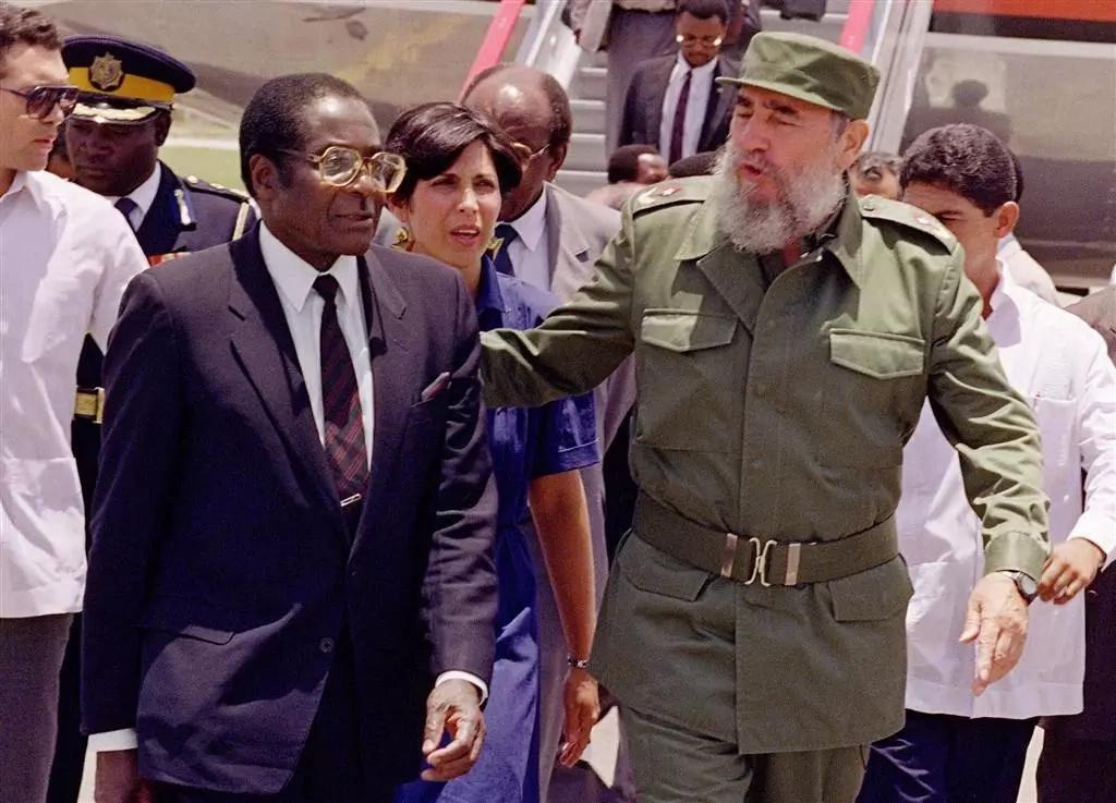 Waziri wa Mashauri ya Kigeni wa UK Johnson Boris asherehekea kubanduka kwa Mugabe