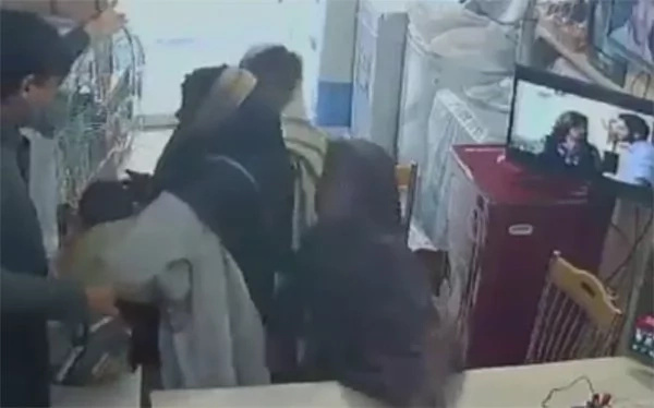 Kid snatches this inattentive store owner's smartphone