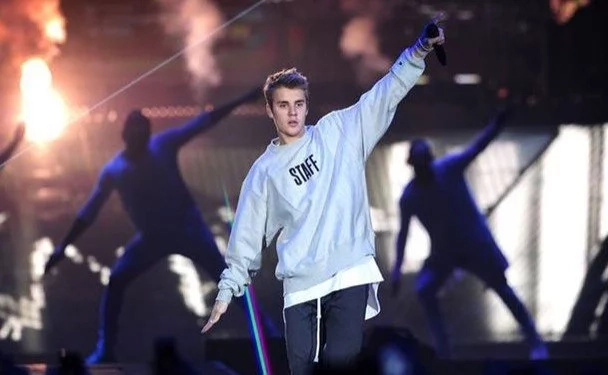 Fans Shocked As Justin Bieber Drops His Microphone And Runs From The Stage