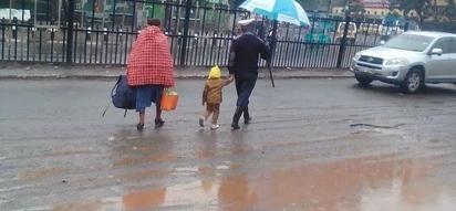 Afisa awasaidia mama na wanawe kutafuta waendako Nairobi, Wakenya wammiminia sifa