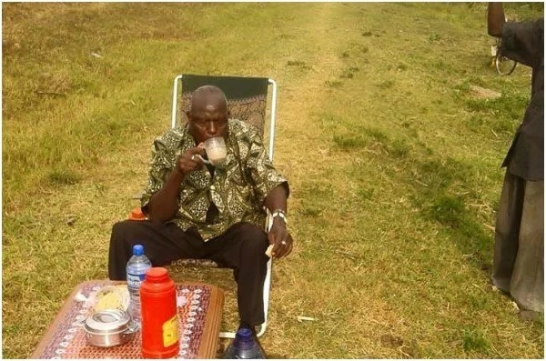 Photos of elderly man taking a tea break in the middle of the road excites Kenyans