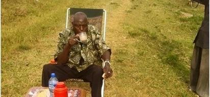 Mzee huyu awasisimua wengi baada ya kuamua kuiandaa meza barabarani na kuamsha kinywa