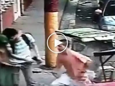 Nag-cellphone kasi sa kalsada! Scary Pinoy hold-uppers victimize helpless student in Manila