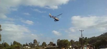 Jamaa wa Meru aning'inia kwa HELIKOPTA ya Raila Odinga (video)