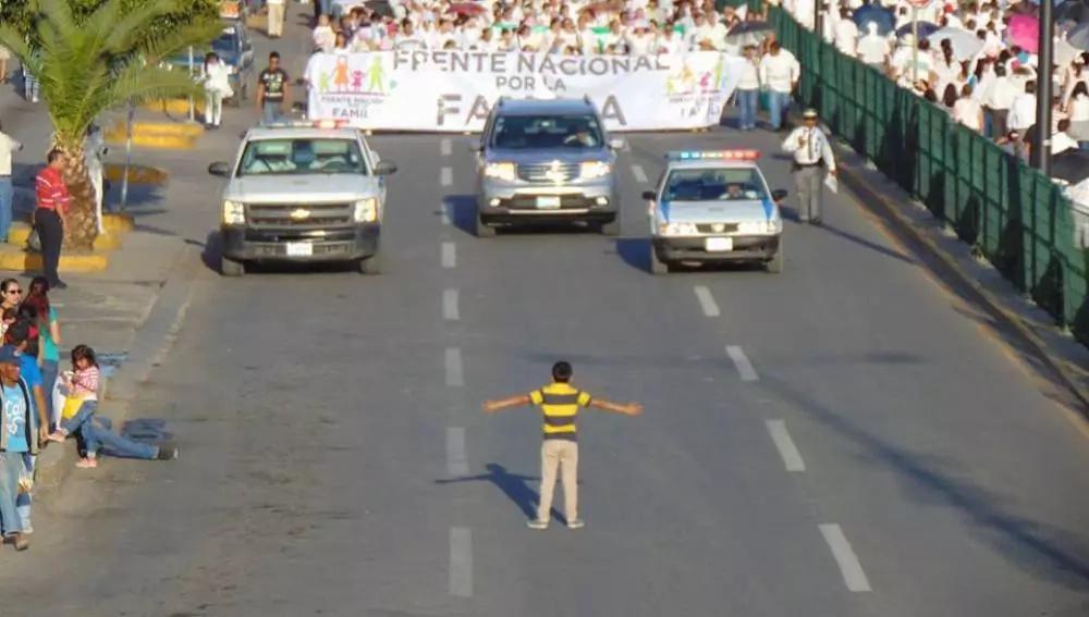 Este niño se enfrentó solo a esta multitud