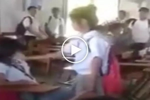 Binugbog sa classroom! Violent Pinay high school student slaps and pulls hair of scared female classmate