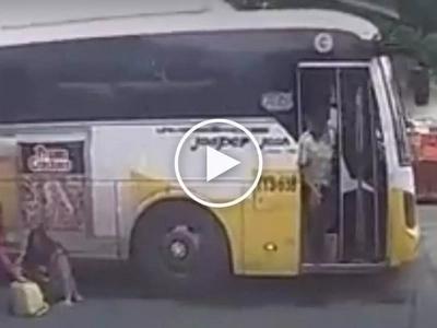 Aksidente sa EDSA! Reckless bus driver speeds off after brutally knocking down female passenger