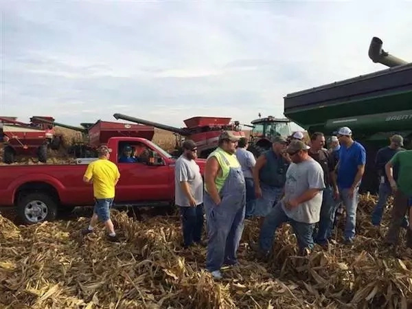 Entire Town Helps Terminally Ill Farmer From Illinois Harvest His Crops