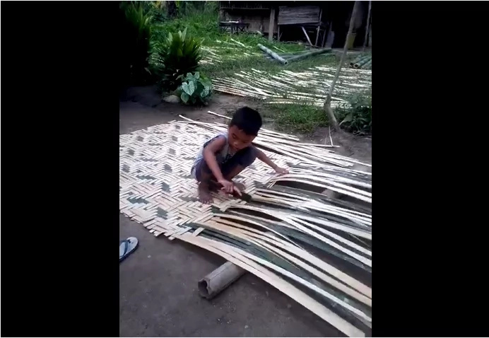 Video of a boy weaving bamboo sawali received different criticisms from netizens