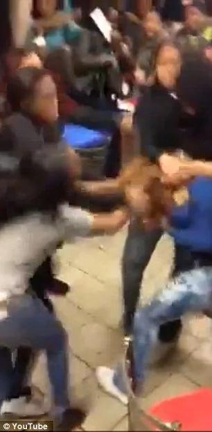 Multitud enfurecida golpea a joven hasta dejarla inconsciente