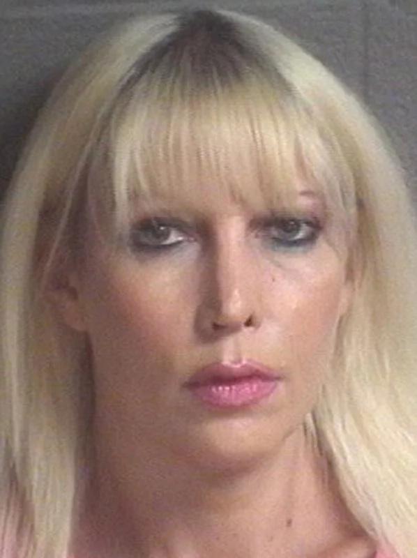 Madre es arrestada por tener sexo con su hijo de 25 años