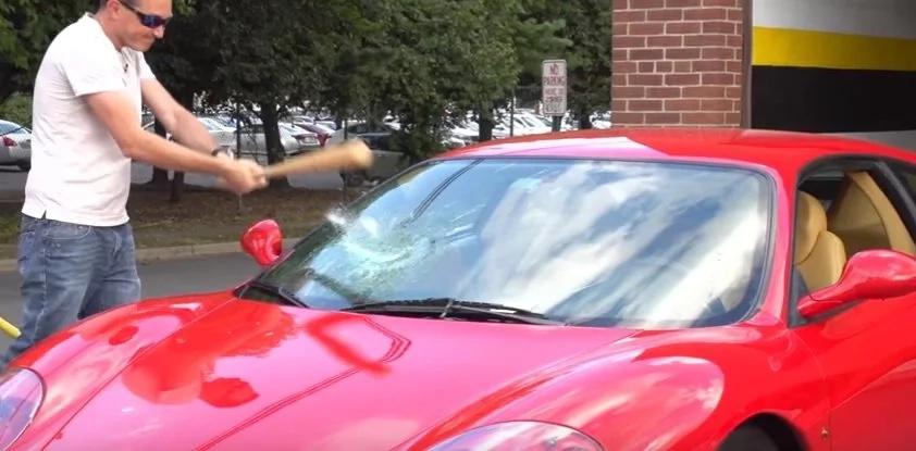 Hombre destroza el parabisa de su Ferrari, sólo para enterarse de que su repuesto también está roto