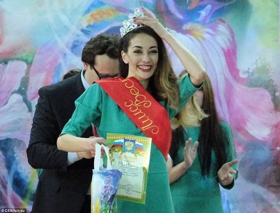 Woman indicted for drug dealing wins beauty pageant in prison (photos)