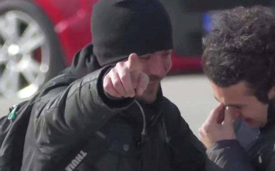 Le dijeron a un hombre sordo que volteara a mirar. Cuando lo hizo comenzó a llorar de la emoción
