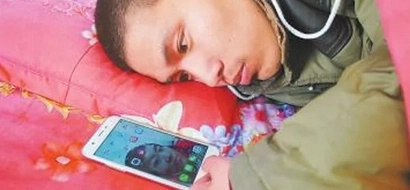 Grieving man 'dates' with his dead girlfriend's photo in a smartphone having no idea how to overcome her death