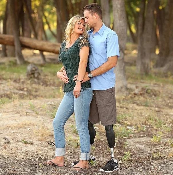 Fotografías de una amorosa esposa que cargó a su marido sin piernas han inspirado a miles
