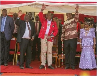 President Uhuru Kenyatta given a new shirt days after Kenyans marked his favorite one (photos)