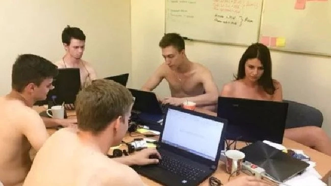 #GetNakedAndWork: Belarusians go to the office undressed