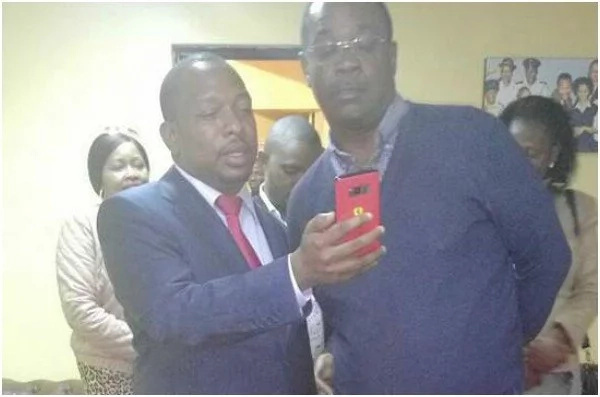 Mike Sonko shows Kidero something on his phone and Kenyans are guessing