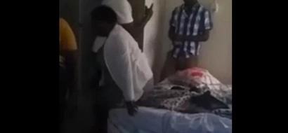 Walimu wawili wa kike wapatikana wakifanya MAPENZI na mwanafunzi wao (video)