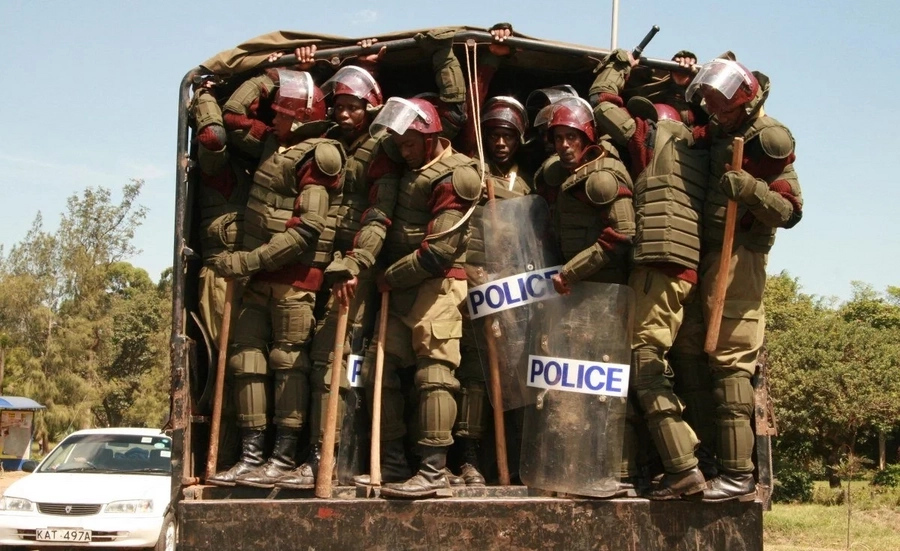 Police officers prepare to deal with either Uhuru or Raila's supporters ahead of Supreme court ruling