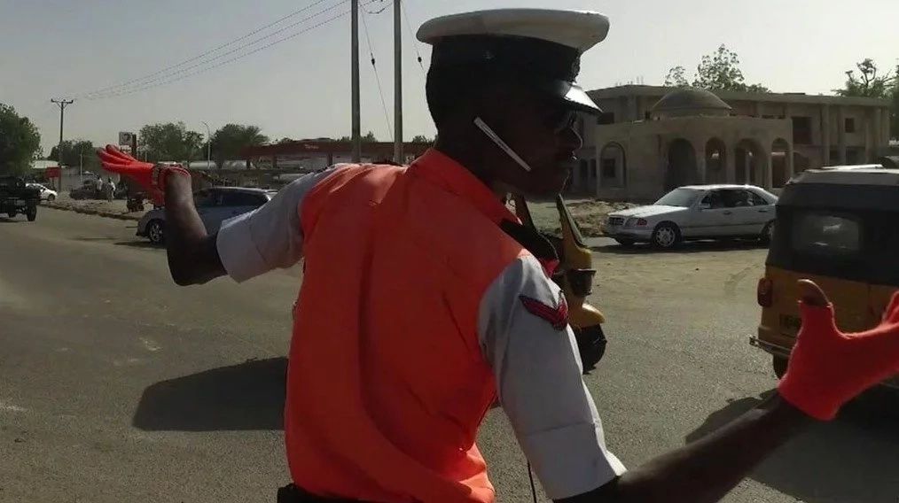 Meet traffic guard dancing like MICHAEL JACKSON helps calm the heart of his people (photos, video)