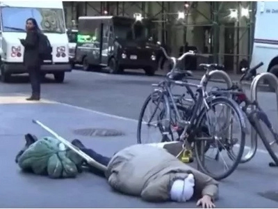 Disabled man falls to the ground and no one helps, then this happens (photo, video)