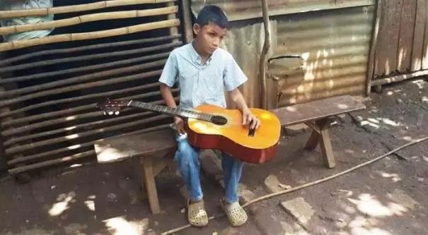 Este niño ciego entona una famosa canción y hace estallar la emoción
