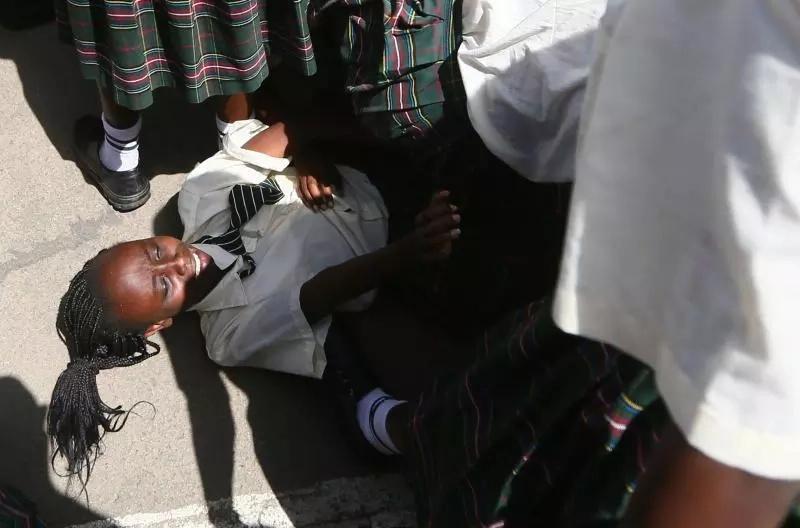 Wanafunzi WALAMBA mchanga wakitafuta KUUGUSA mkono wa UHURU (Picha)