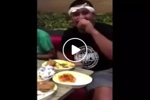Bitin sa kanin? Pinoy made netizens laugh by bringing his own rice in fast food restaurant