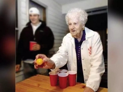 [VIDEO] Granny bringing the house down with epic beer pong skills