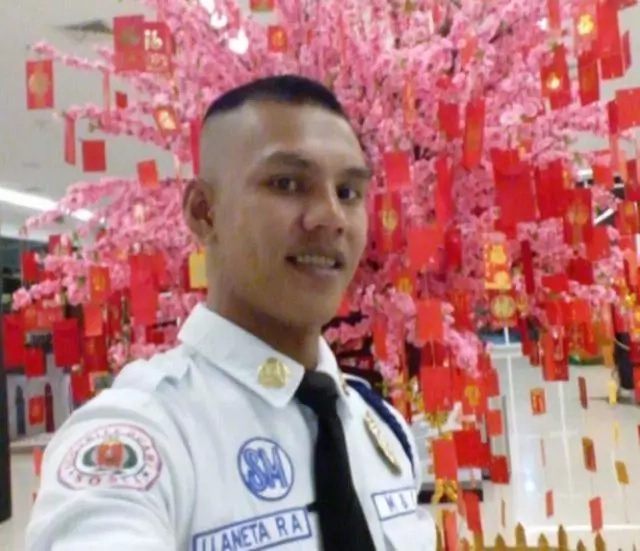 This Security Guard in a Mall Returned A Bag Containing 500,000 Pesos
