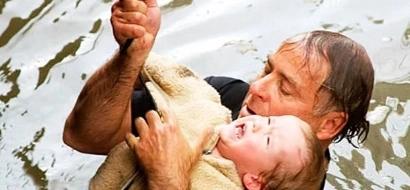 Papá rescató heroicamente a hijita de 2 años que cayó por una rampa de 6 metros al río