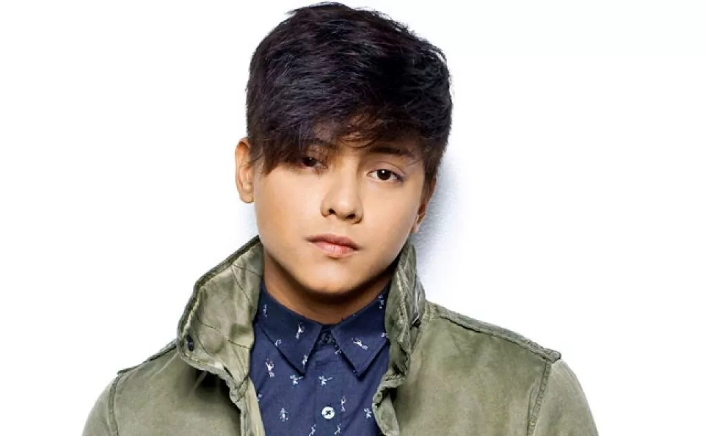 Daniel Padilla assists Vina on stage during wardrobe malfunction