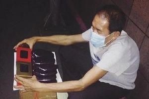 Tangkilikin ang tinda ni Tatay! Hardworking old man selling Ube Halaya on the sidewalk wows netizens