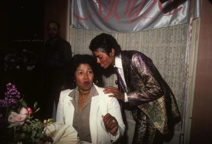 Michael Jackson nimmt an der Geburtstagsfeier seiner Mutter Katherine Jackson am 4. Mai 1984 an einem privaten Ort in Los Angeles teil Foto: Getty Images