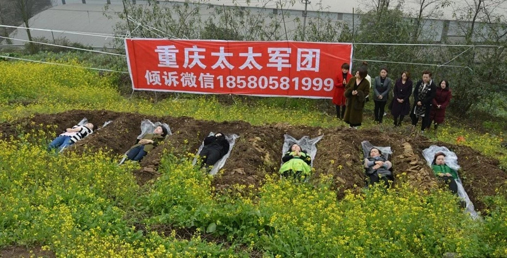 Until death do us part! Divorced women lay in real GRAVES to overcome marriage failure (photos)