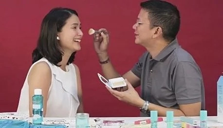 VIDEO: Chiz Escudero becomes a 'makeup artist'