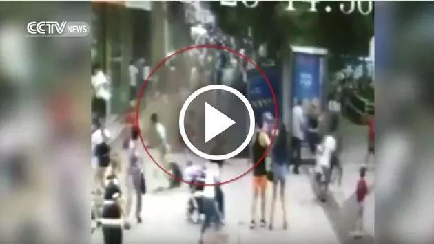 ¡Increíble! En video quedó registrado el momento en que la tierra se abrió y cayeron dos personas en el socavón