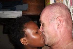 Mume amruhusu mkewe kufanya mapenzi na mzungu kwa pesa!