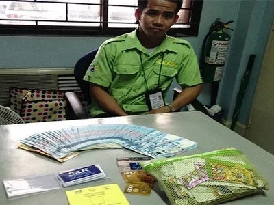 Di nasisilaw ng pera! Honest airport worker returns lost pouch with more than P100K cash