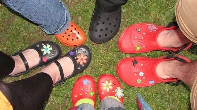 Si tienes éstas sandalias, ¡échalas a la basura DE INMEDIATO! Aquí el porqué