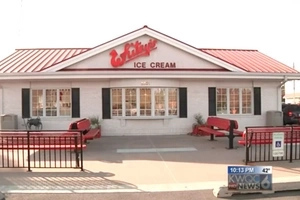 16-Year-Old Guy Buys Ice Cream For Upset Customer, Has No Idea She Had Just Lost Her Husband