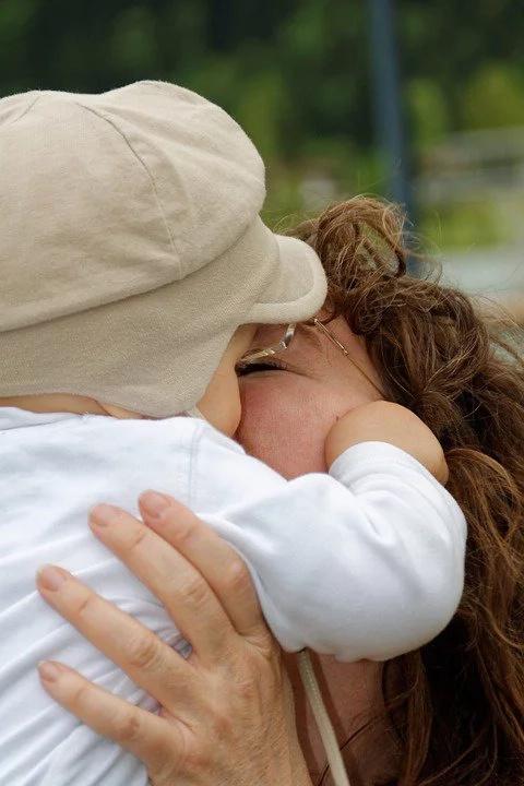 Madre salvó a su bebé de morir con un abrazo