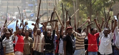 Mkuu wa jeshi la KDF avamiwa na kundi la vijana, Nakuru