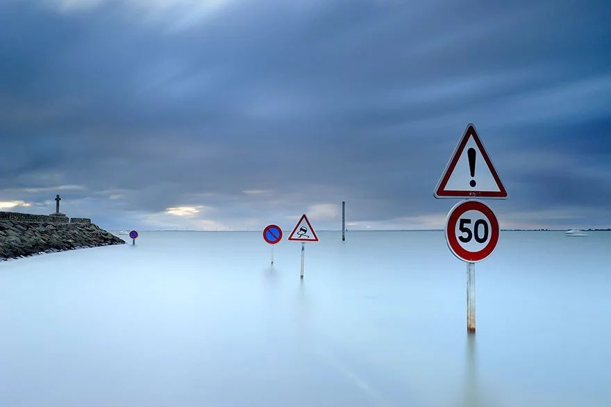 Alucinantes imágenes de este camino en Francia que dos veces por día queda atrapado bajo el agua