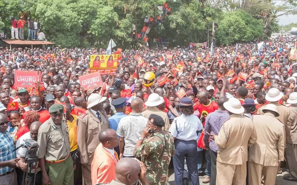 Uhuru Kenyatta receives heroic welcome in Kisumu as Ruto is booed (photos)