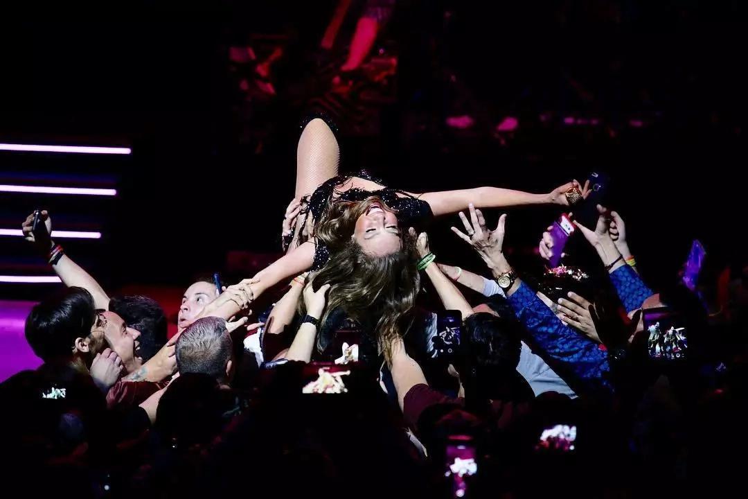 El día en que desnudaron a Thalía en un concierto