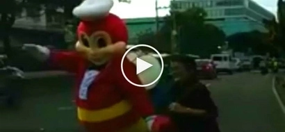 Heroic Jollibee mascot caught on video helping elderly Filipina cross dangerous road