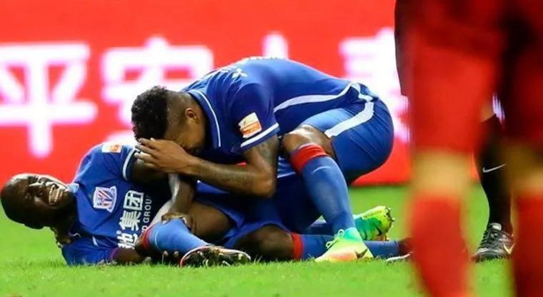 La impactante lesión de Demba Ba le da la vuelta al mundo